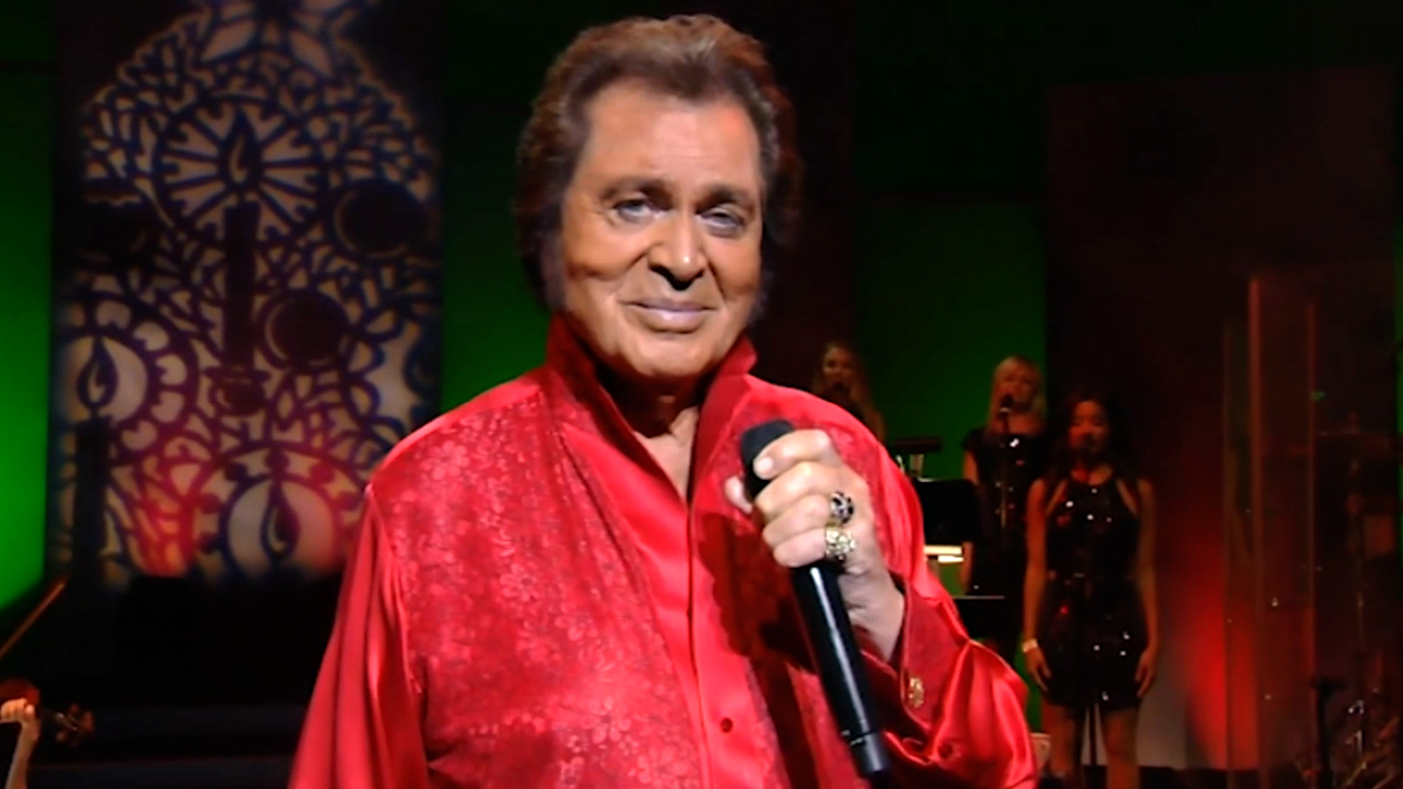 "Watch Engelbert's performance of ""Around the Christmas Tree"" from Engelbert Humperdinck in Hawai'i!"